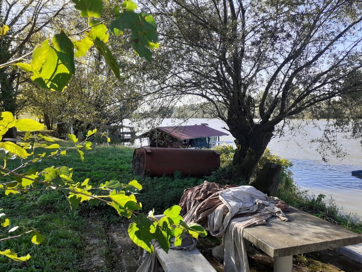 home-boat-breakfast-table