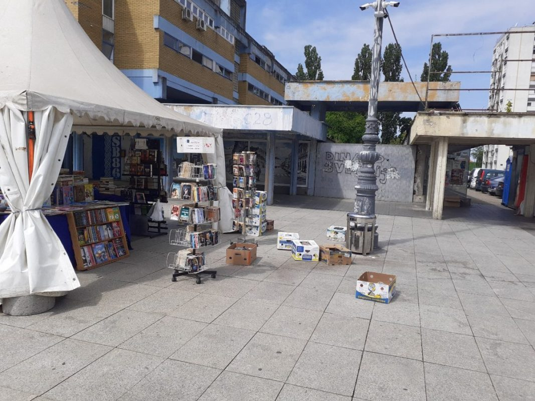 Who is smart, allows a fair with books, in the middle of a beautiful city center